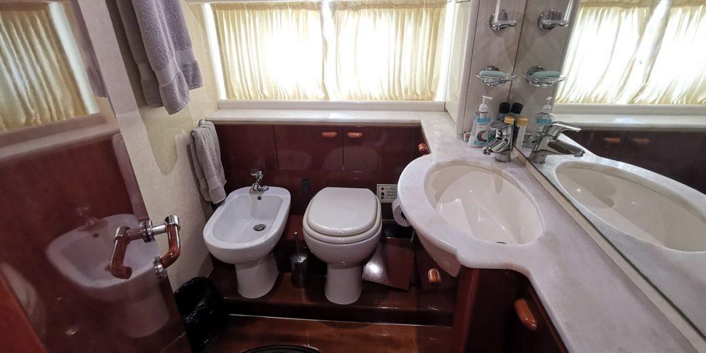 Ferretti 74 Yacht bathroom